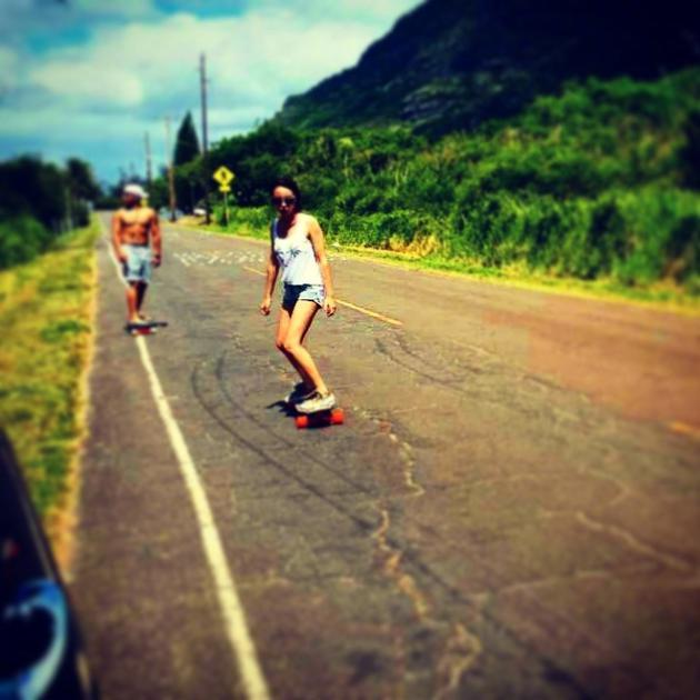 欧弟和老婆山间公路玩滑板