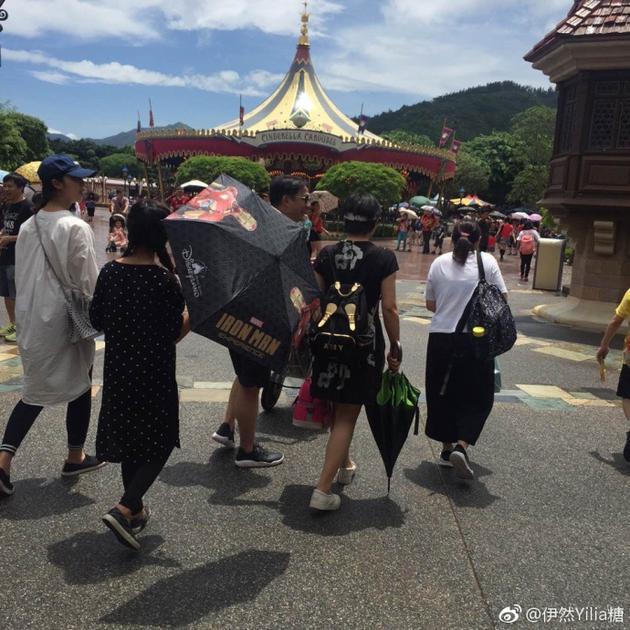 黄磊走在前边推着小儿子,老婆孙莉和女儿多多在后面走