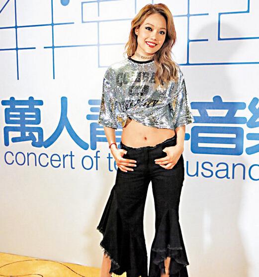 容祖儿露出小蛮腰,她表示不会介意金曲奖的事。
