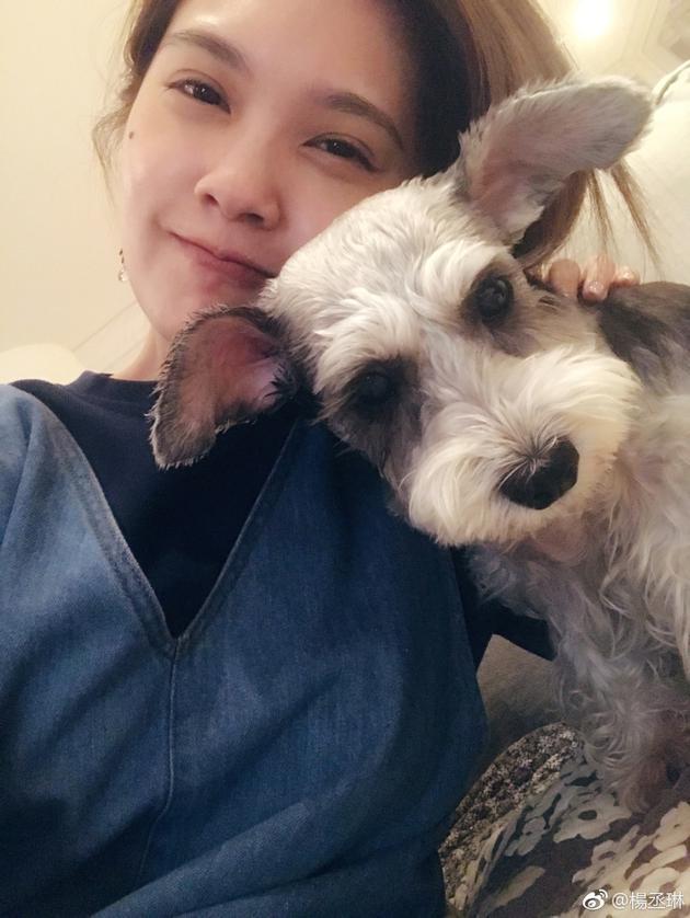 杨丞琳与爱犬亲昵合照