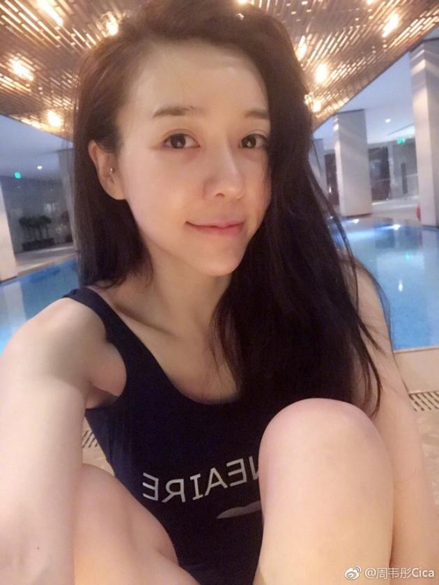 周韦彤泳池边自拍