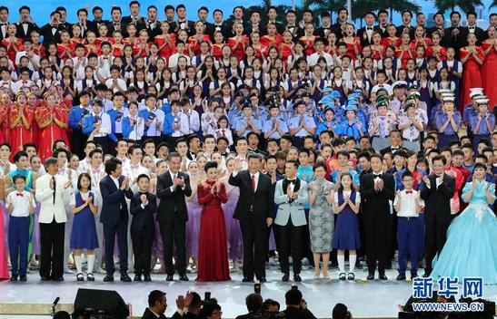 习近平走上舞台,同全场一起高唱《歌唱祖国》(来源:新华网)
