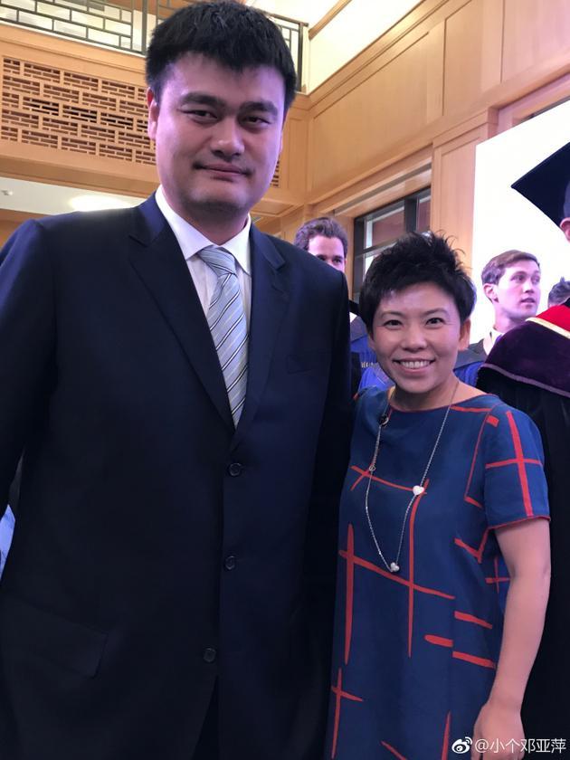 邓亚萍与姚明合影到肩膀 网友调侃:从凳子上下来