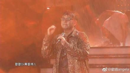 谭咏麟大雨中仍坚持演唱