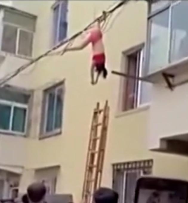 女子穿内衣高空坠落 被线缆拦住悬空