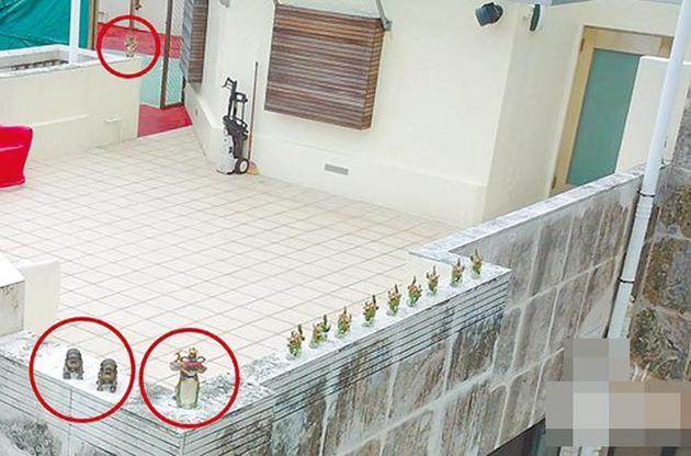 """郭富城住处阳台有2尊石狮子,角落设佛教护法神""""四大天王""""。"""