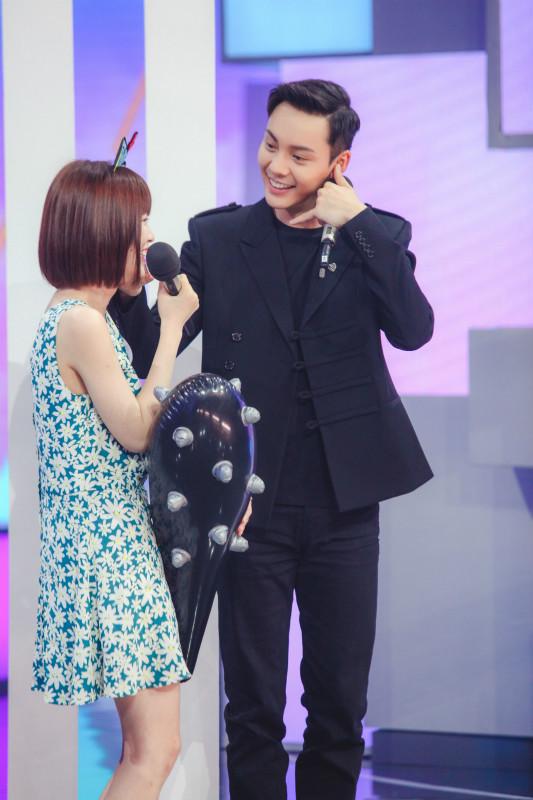 《快本》陈伟霆遭女粉丝撒娇 赵丽颖递上狼牙棒