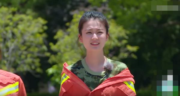 乔欣穿消防队服还露肩 网友:知道尊重是什么吗?