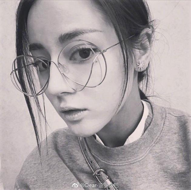 热巴戴眼镜自拍撞脸娜扎 邓超互动有爱送眼镜