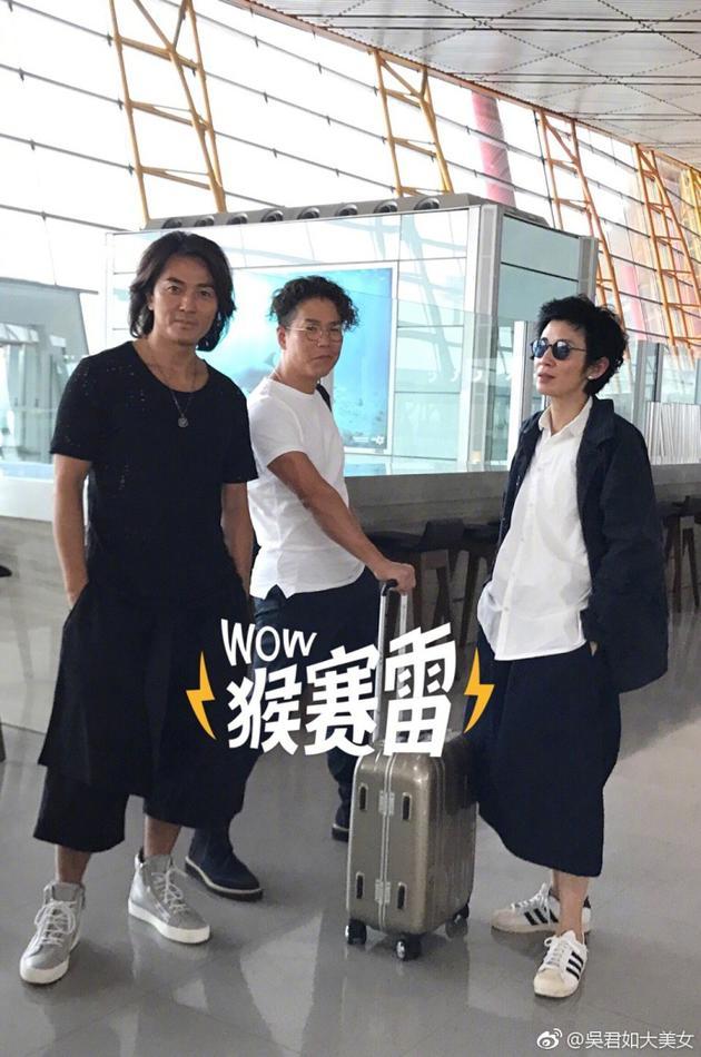 吴君如机场偶遇郑伊健林晓峰合影