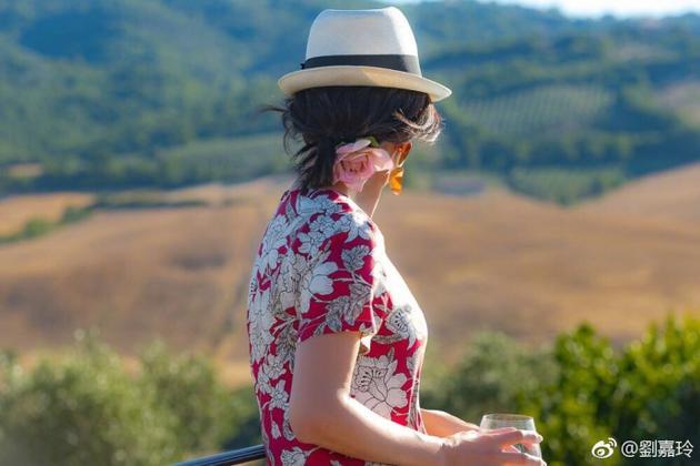 刘嘉玲穿花裙戴礼帽享受阳光 沉静优雅尽显气质
