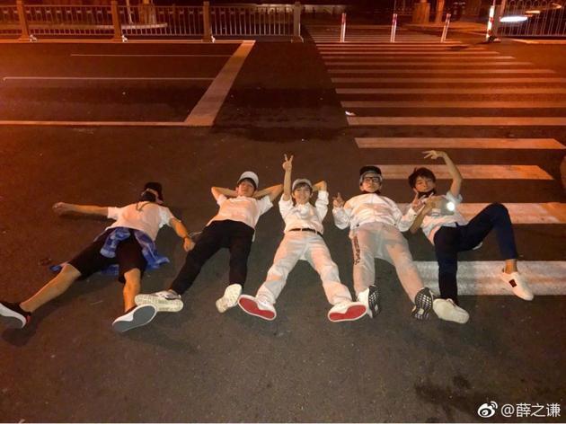 五个人躺地上