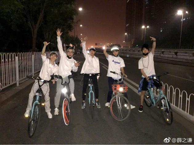 五人骑自行车
