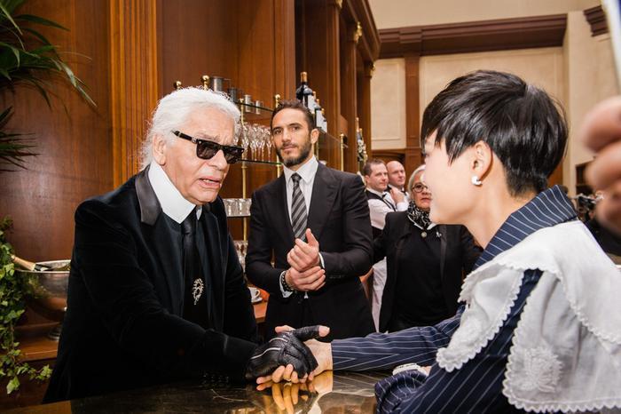 这位大名鼎鼎的白发老人已经和很多中国明星合过影了(图片来自网络)