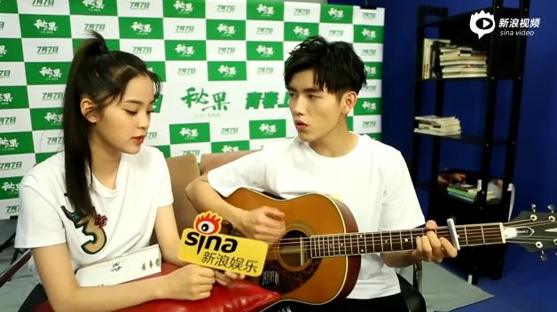 陈飞宇深情凝望欧阳娜娜 二人甜蜜合唱《后来》