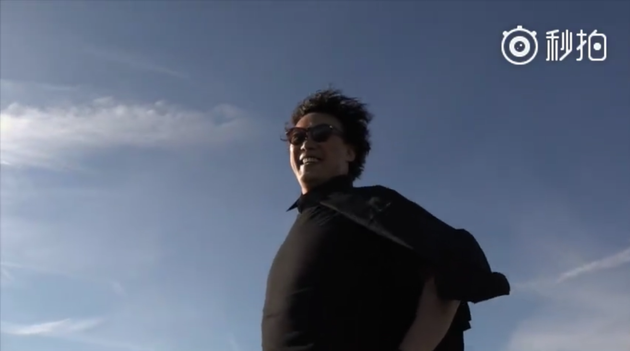 陈奕迅高举右手迎风唱歌 逗趣改词:为谁挺胸?