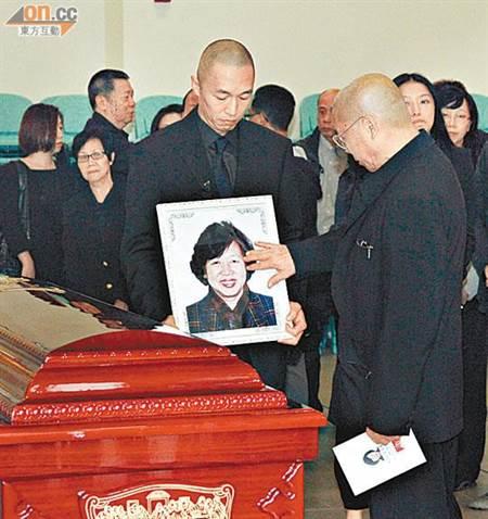 刘兆铭4年前在妻子告别式上,悲痛抚摸妻子遗照,一幕令人动容