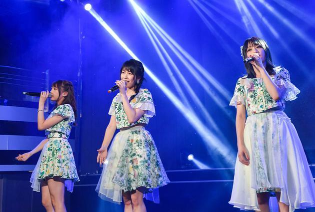 AKB48横山由依穿碎花洋装现身 与粉丝大玩摔角