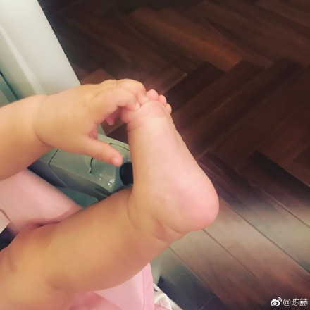 陈赫更新微博晒出一张女儿的小脚丫照向粉丝问早