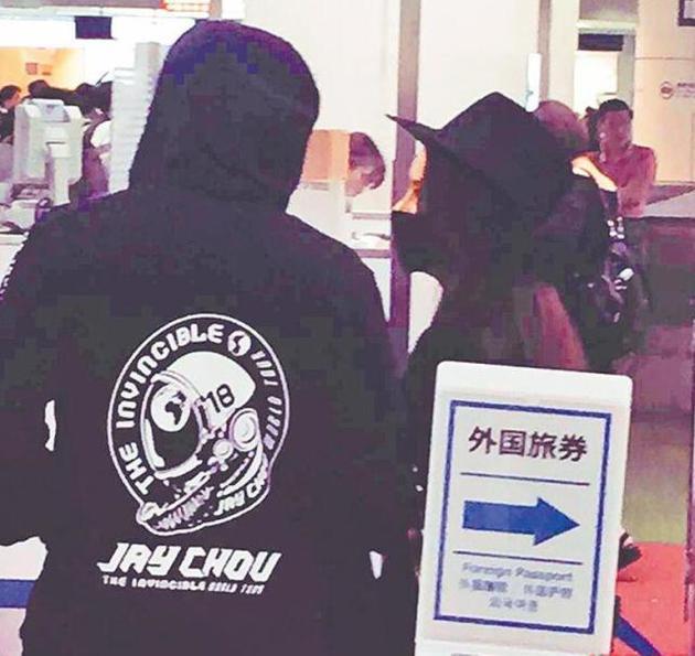 周杰伦和昆凌现身羽田机场
