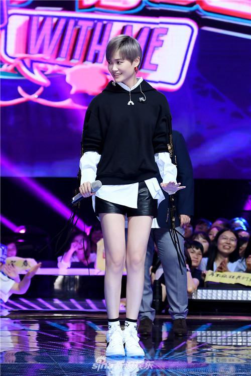 李宇春和歌迷大跳企鹅舞 被歌迷爸爸视为大女儿
