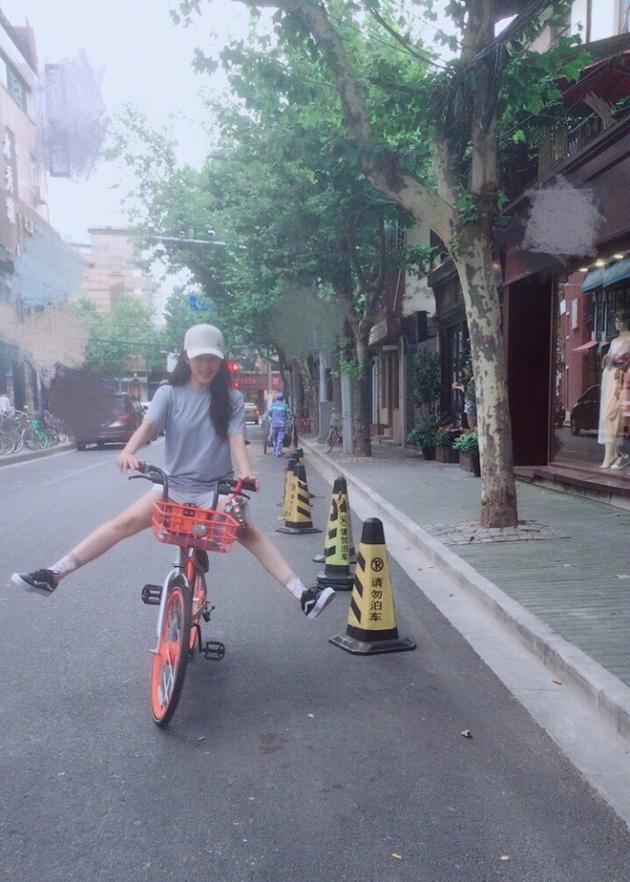 张含韵顽皮骑单车