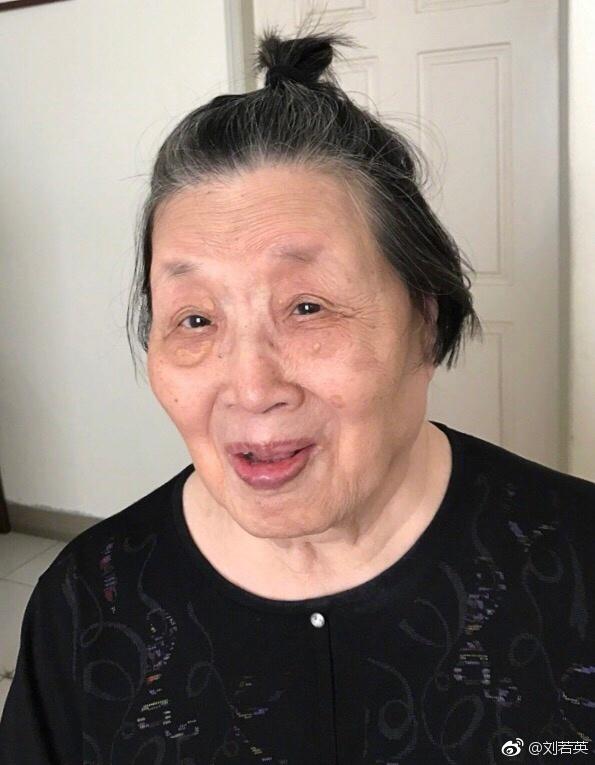 刘若英祖母绑丸子头
