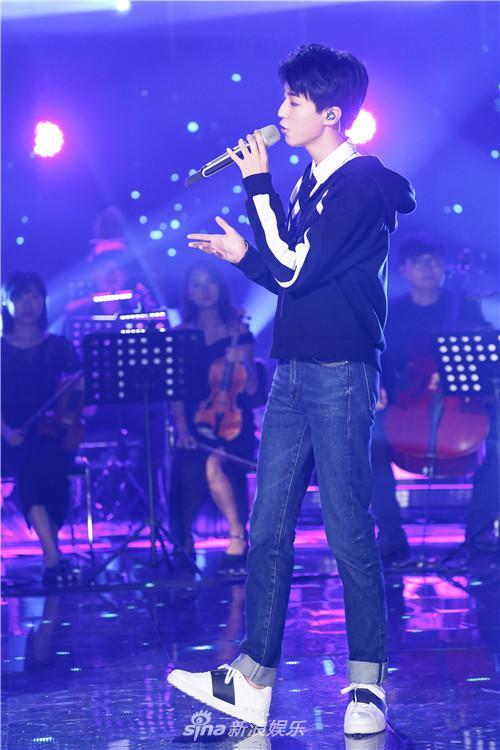 《和你唱》王俊凯帅气走台步 释放天性表演咸鱼