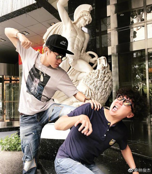 """林俊杰模仿雕像""""暴打""""经纪人 网友:武松打虎"""