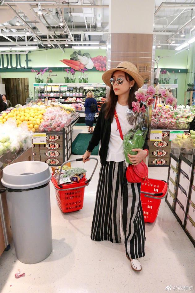 张静初逛超市手捧兰花