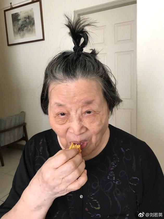 刘若英为祖母扎丸子头 网友:两个人都萌萌哒