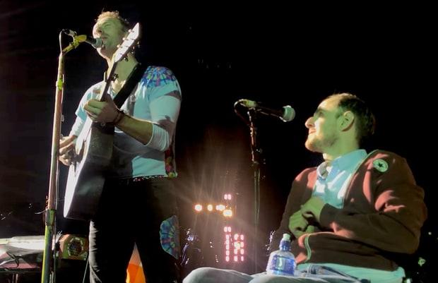 太暖!酷玩主唱克里斯-马丁演唱会邀轮椅歌迷登台
