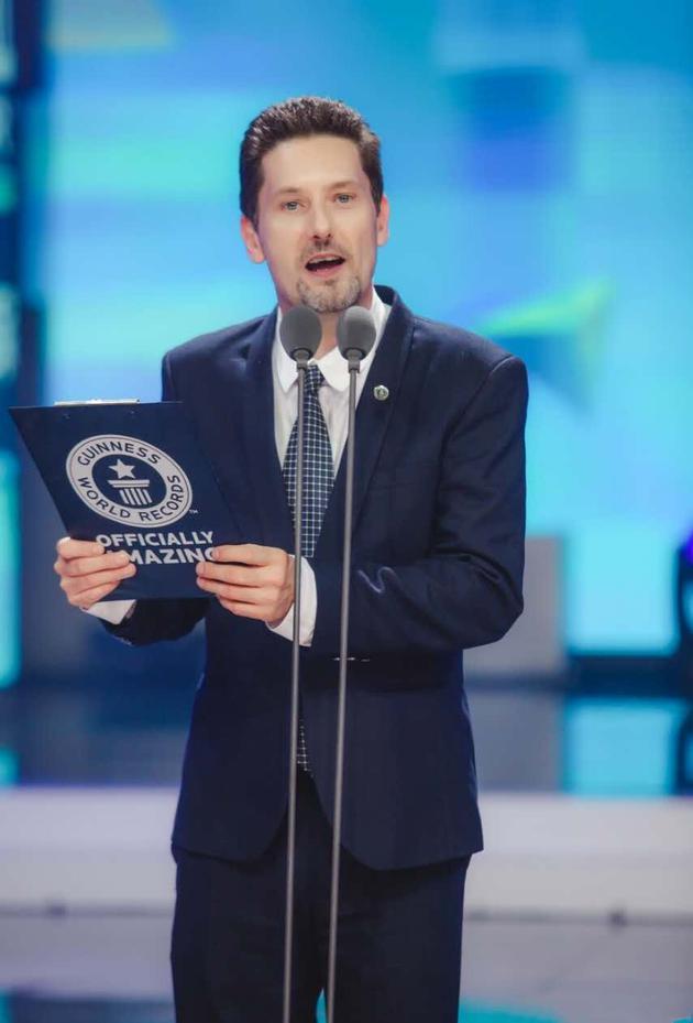 吉尼斯世界纪录大中华区总裁Rowan Simons为谢娜颁发认证