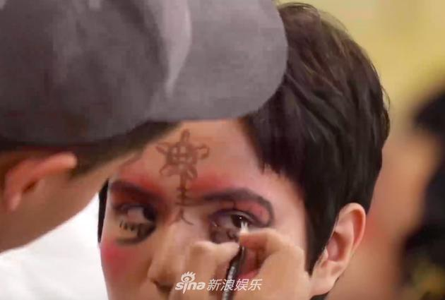 焦迈奇甚至在尹毓恪脸上画出了一个王八