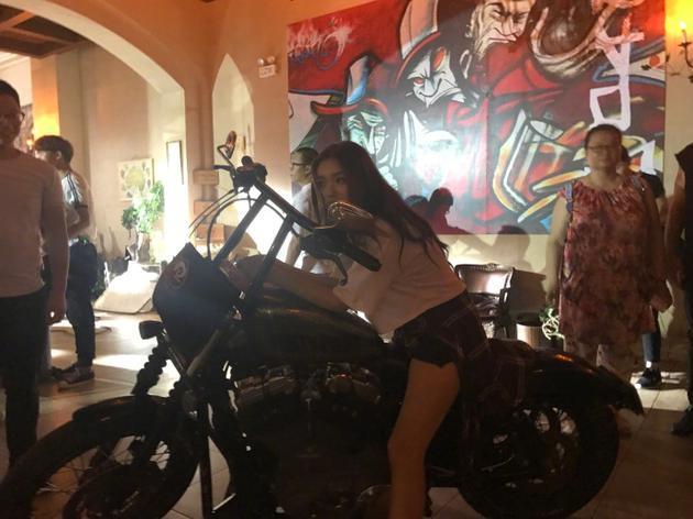 林允骑摩托