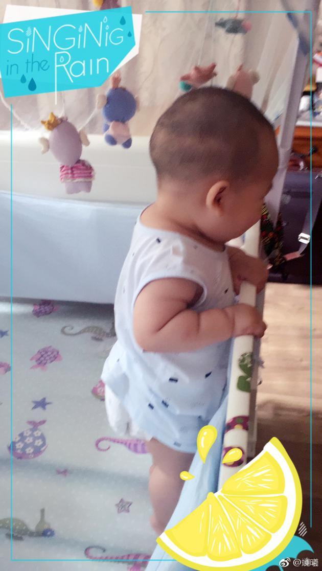 """""""眉庄""""斓曦惊讶儿子自学站立 米其林手臂超可爱"""