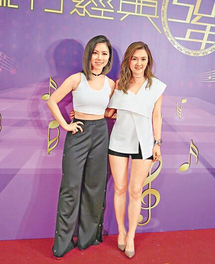 邓紫棋(左)赞林欣彤的声音好厉害。