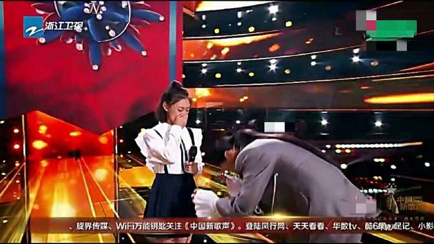 那英上台对学员鞠躬致谢