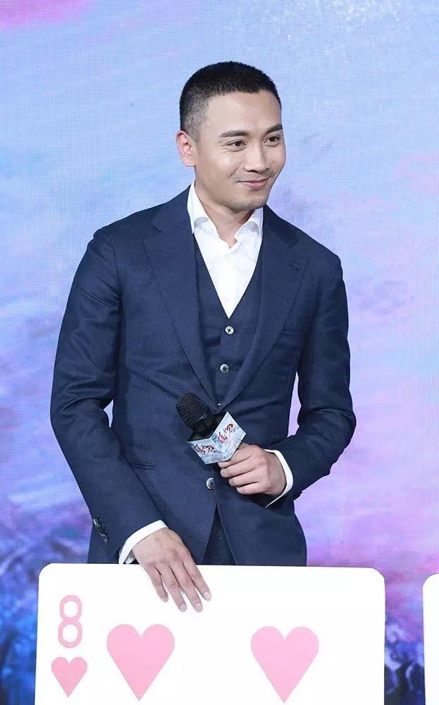 """杨轶在首映礼获赠""""红桃8"""",他解释这张牌代表了""""七嘴八舌"""",暗指自己的角色心直口快,口无遮拦"""