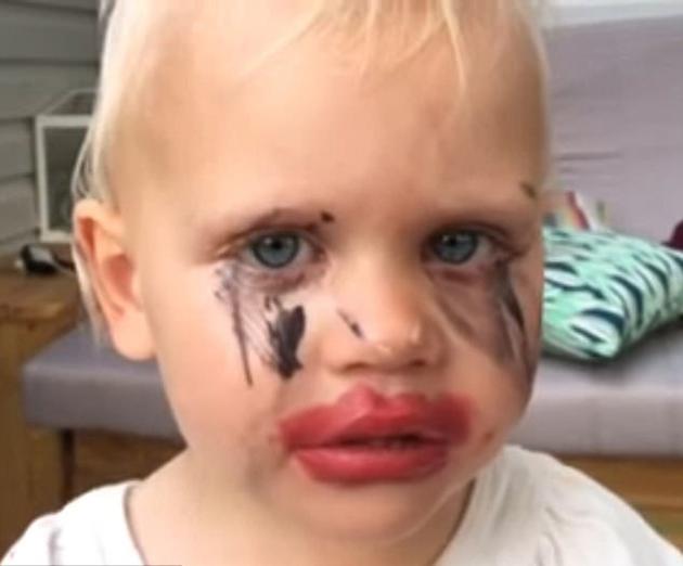 熊孩子偷用妈妈化妆品