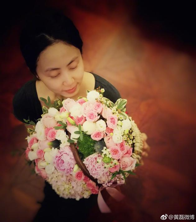 黄磊为孙莉庆生 孙莉双手捧着大束的鲜花,眼睛微闭,