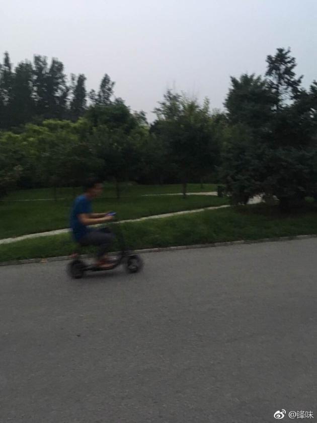 谢霆锋骑电动车买菜 网友:果然是锋一样的男子