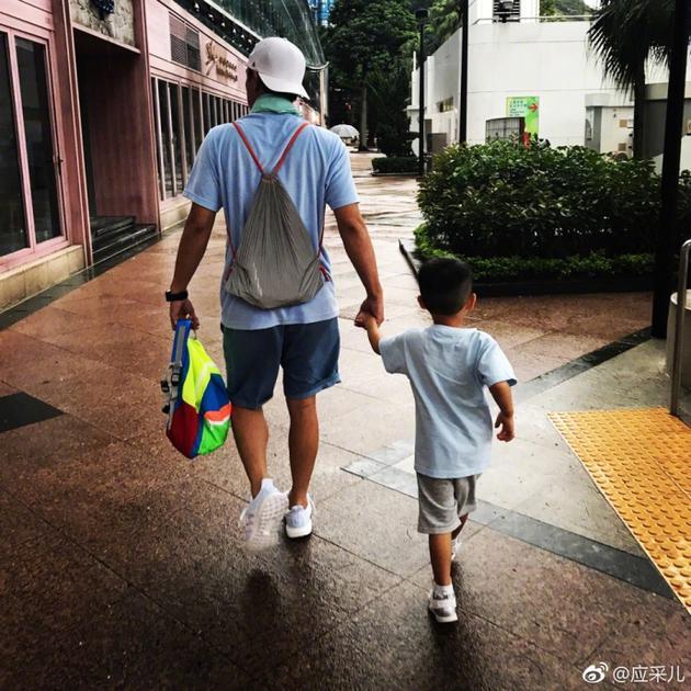 陈小春牵儿子走父爱满满 应采儿点评:长大了