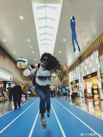 田馥甄在机场奔跑自拍