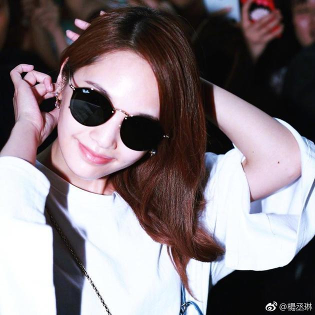 杨丞琳机场Look尽显女人味 笑容拂面谢粉丝接机