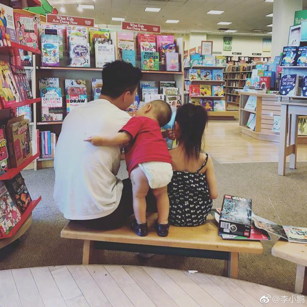 李小鹏带奥莉和弟弟Angel图书馆看书