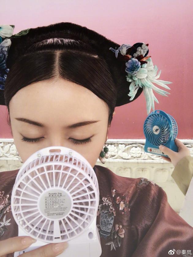 秦岚夏日拍戏难耐高温 想妙招成功避暑眼神陶醉