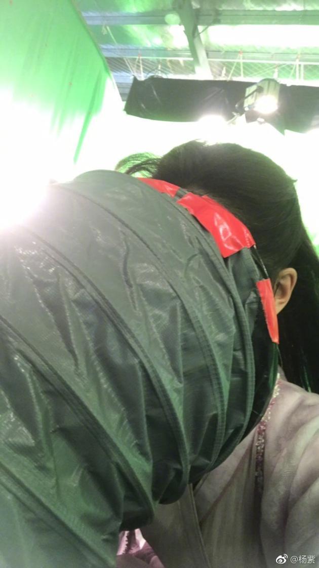 杨紫拍戏怕热有妙招 把头伸进空调桶滑稽可爱