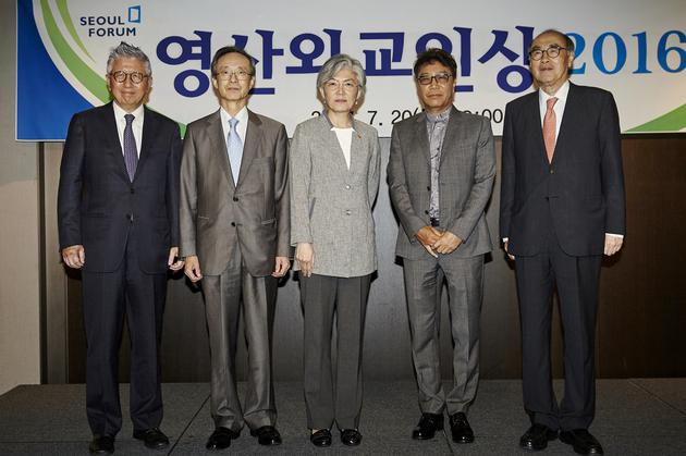 从左往右 Jeong Guhyeon 首尔国际论坛 总裁、Han Seungju 灵山外交人士奖委员长、 Kang Kyung Hwa 外交部长、李秀满、Lee Honggu 首尔国际论坛理事长