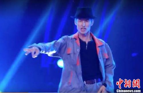 55岁保洁叔模仿MJ跳舞 入驻快手激年轻人坚持